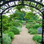 Có thể duy trì tình cảm xóm giềng tốt đẹp bằng cách thiết kế cổng và hàng rào theo dạng tròn để không tạo ra những mũi tên chĩa vào nhà họ.